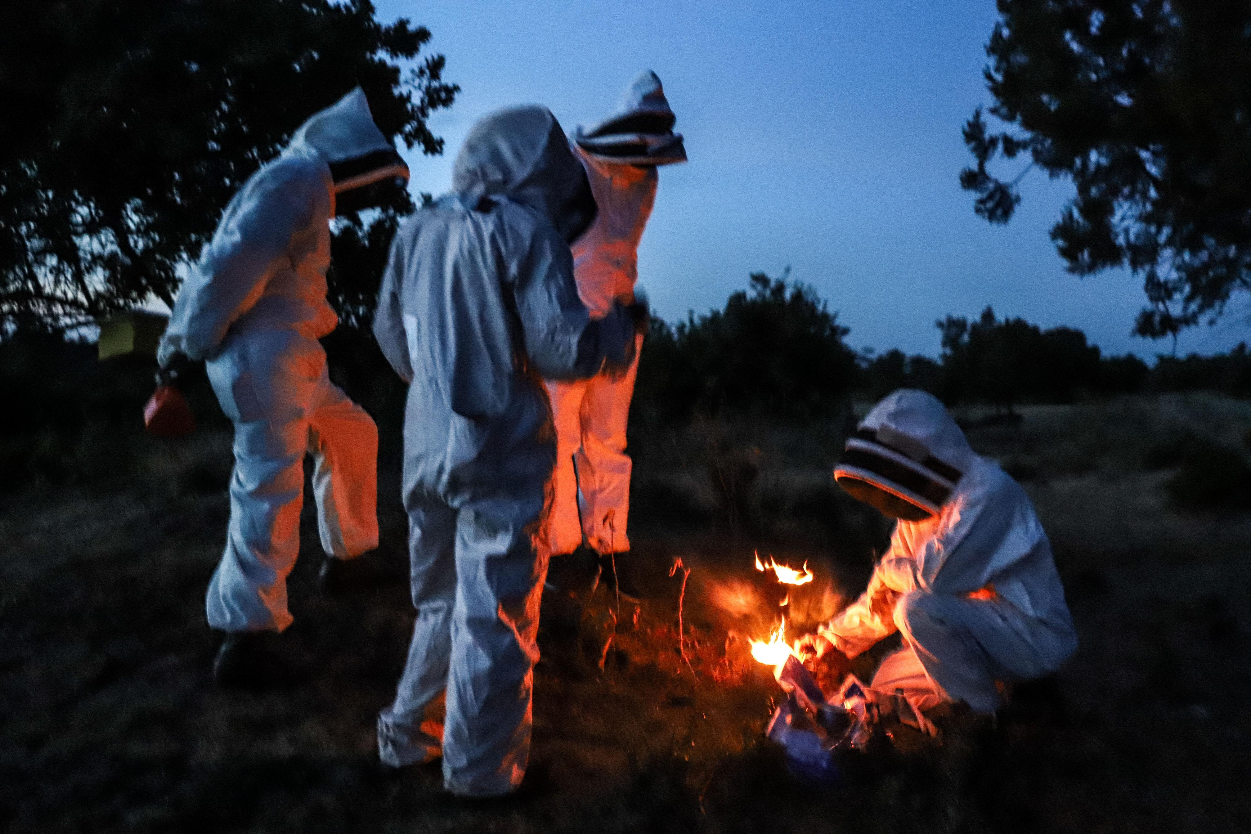 Lighting-the-smoker-during-beehive-fence-construction-in-Lewa-Meru-County5-©-2019-Naiya-Raja
