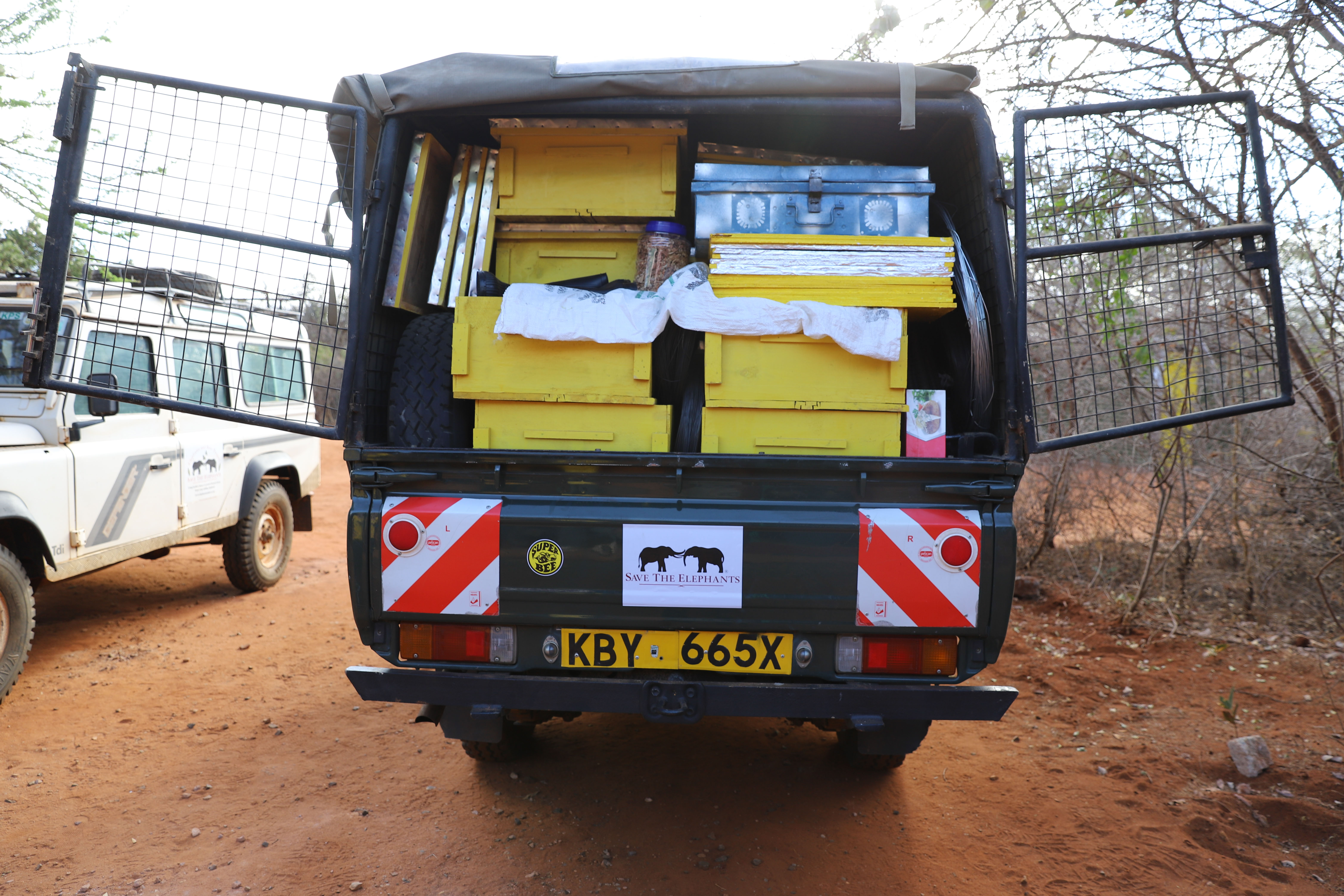 Loaded-mobile-unit-vehicle-before-beehive-fence-construction-in-Sagalla1-©-2018-Naiya-Raja
